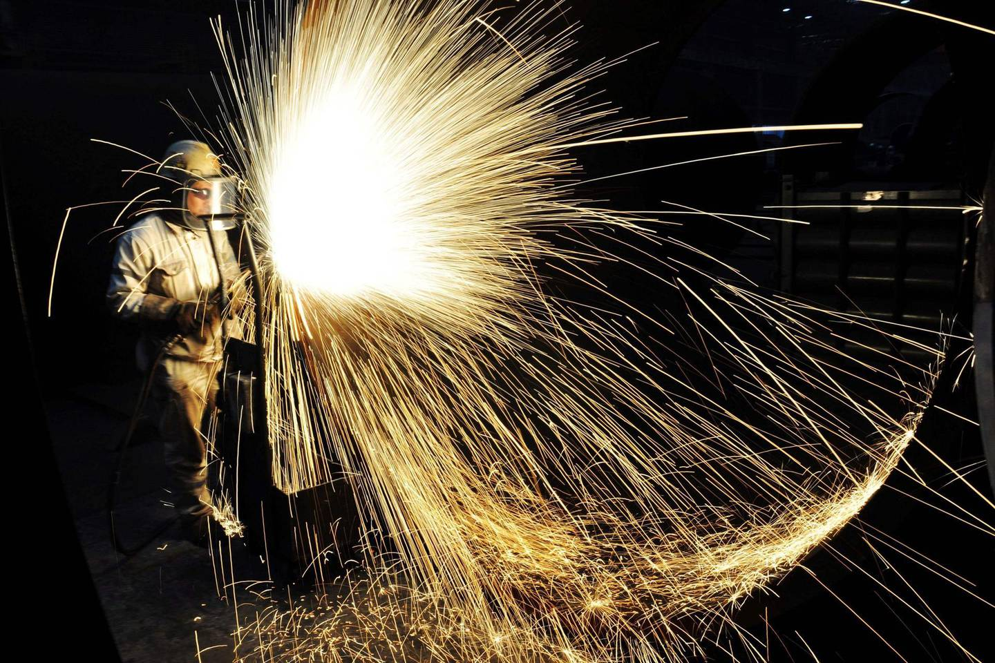 (FILES) This file picture taken on January 18, 2018 shows a Chinese worker cutting steel in Qingdao in China's eastern Shandong province. Despite fierce opposition from inside the White House, US President Donald Trump on March 1, 2018 announced punishing steel and aluminum tariffs, teeing up a possible trade war with major producers as well as China. / AFP PHOTO / -