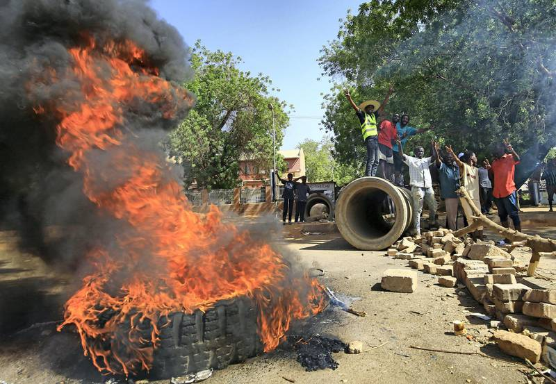 Sudanese protesters burn tyres as they block Nile Street for the second consecutive day during continuing protests in Sudan's capital Khartoum on May 13, 2019. - While angry demonstrators blocked the major avenue along the Nile river, Sudan's army rulers and protest leaders resumed crucial talks over handing power to a civilian administration after a deadlock in negotiations. The much-awaited discussions came with crowds of protesters still camped round-the-clock outside the army headquarters in central Khartoum, vowing to force the ruling military council to cede power -- just as they drove longtime leader Omar al-Bashir from office on April 11. (Photo by ASHRAF SHAZLY / AFP)