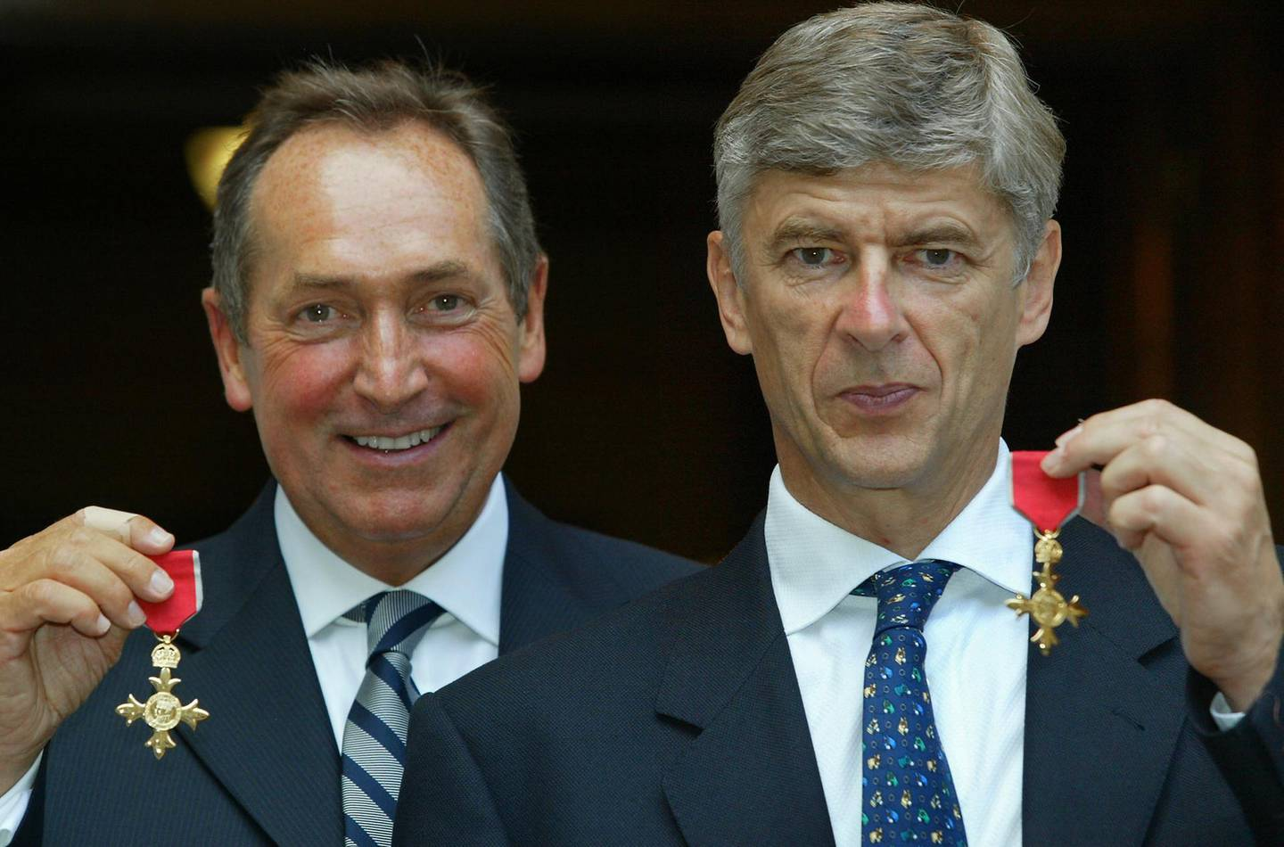 (FILES) In this file photo taken on July 9, 2003 Arsene Wenger (R) of Arsenal, and Gerard Houllier of Liverpool pose with their OBE medals at The Foreign Office in London.  Ex-Liverpool manager Gerard Houllier has died at the age of 73, it was announced on December 14, 2020.  / AFP / POOL / Adrian DENNIS