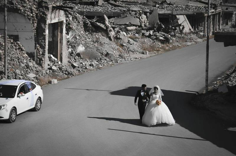 Despite the mass destruction that took place in the city of Sinjar when ISIS invaded the city in 2014, this Yazidi bride and groom have decided to celebrate their wedding in Sinjar. Photo by Sherwan Melhem