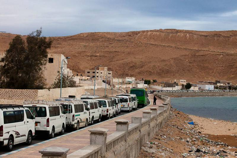 Tens of taxis wait in line to reach the Sallum border crossing with Libya on February 24, 2011 in order to transport Egyptians fleeing the political turmoil in the midst of an insurrection against Moamer Kadhafi's regime. AFP PHOTO/TREVOR SNAPP (Photo by Trevor Snapp / AFP)