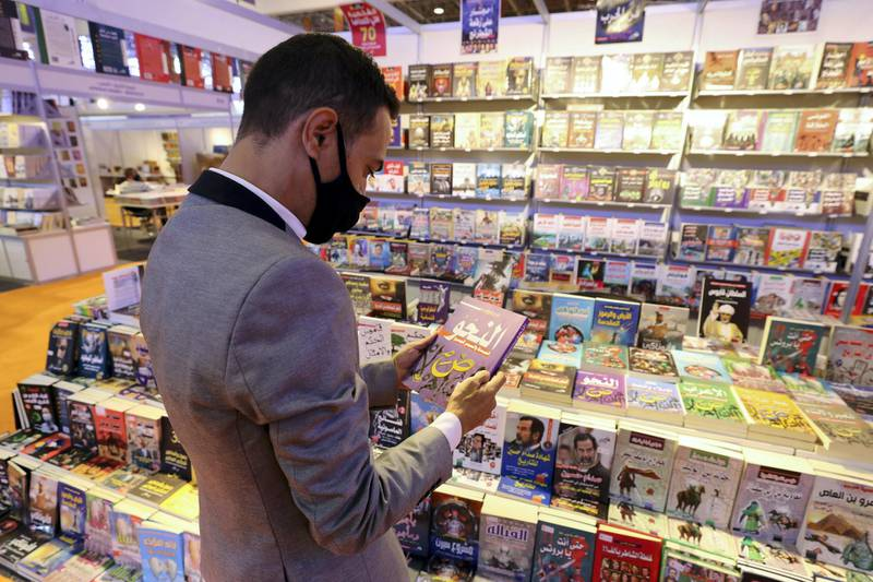 Sharjah, United Arab Emirates - Reporter: Razmig Bedirian. Arts and Culture. A visitor to Sharjah International Book Fair reads a book. Thursday, November 5th, 2020. Sharjah. Courtesy of Nathaniel Alapide