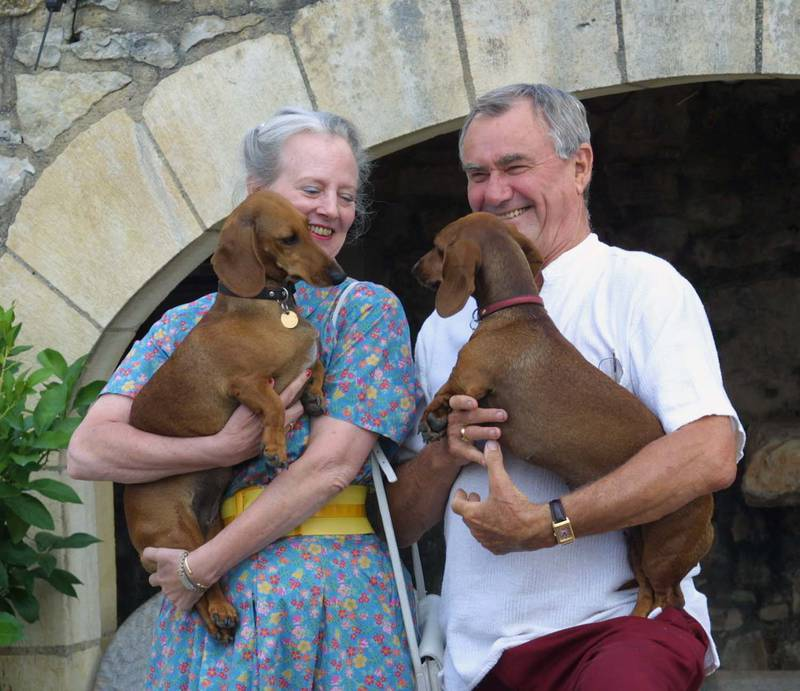 Queen Margrethe of Demark (L) and Prince Consort Henrik pose at their summer residence, the château de Caïx, 07 August 2001 with their dogs  Evita and Célimène. (Photo by ERIC CABANIS / AFP)