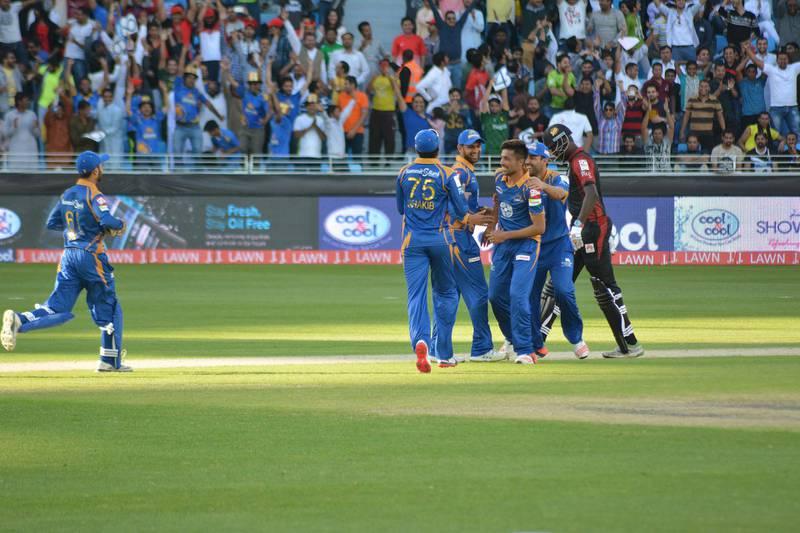 Caption: Mohammed Amir and the Karachi Kings celebrate the bowler's hat-trick against Lahore Qalanders at the Dubai International Stadium on February 5, 2016. Courtesy Pakistan Cricket Board. *** Local Caption ***  sp06fe-p8-psl.jpg
