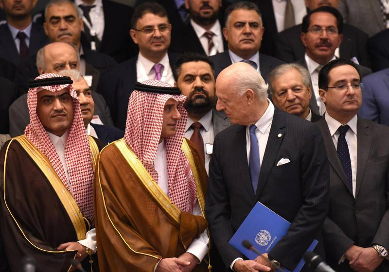 Saudi Minister of the Arabic Gulf affairs Thamer al-Sabhan (L), Saudi Minister of Foreign Affairs Adel al-Jubeir (C-R) and UN special envoy for Syria crisis Staffan de Mistura (3rd R) pose for a group picture during the Syrian opposition meeting in Riyadh, on November 22, 2017.  / AFP PHOTO / FAYEZ NURELDINE