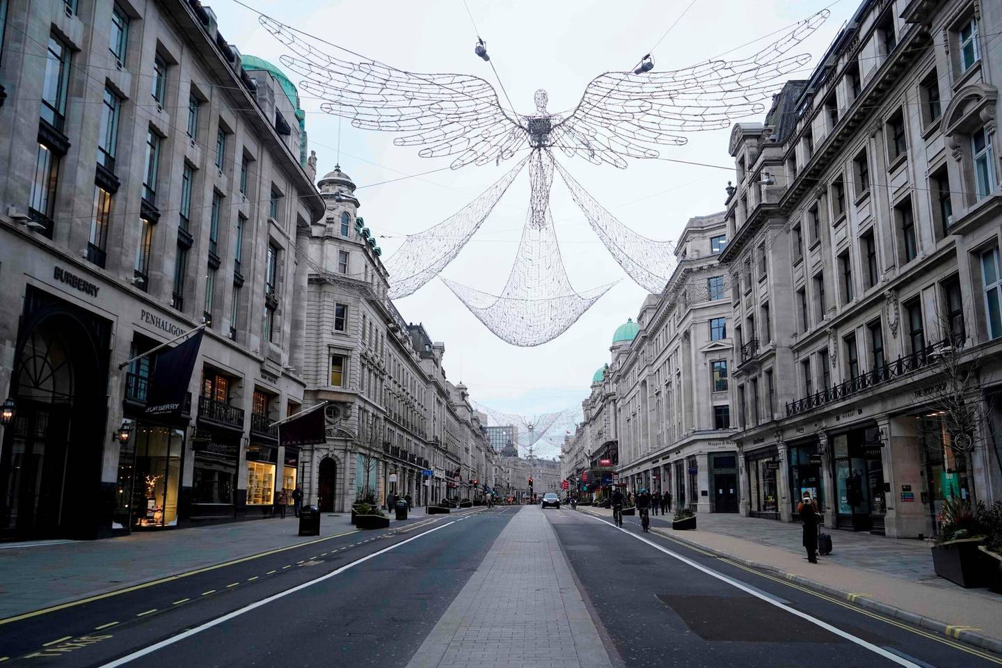 A near-deserted Regent Street is pictured in London on Boxing Day, December 26, 2020, as Londoners continue to live under Tier 4 lockdown restrictions. Fears over new strains and surging coronavirus infections in general across Europe have severely dampened the mood over the holiday season. / AFP / Niklas HALLE'N