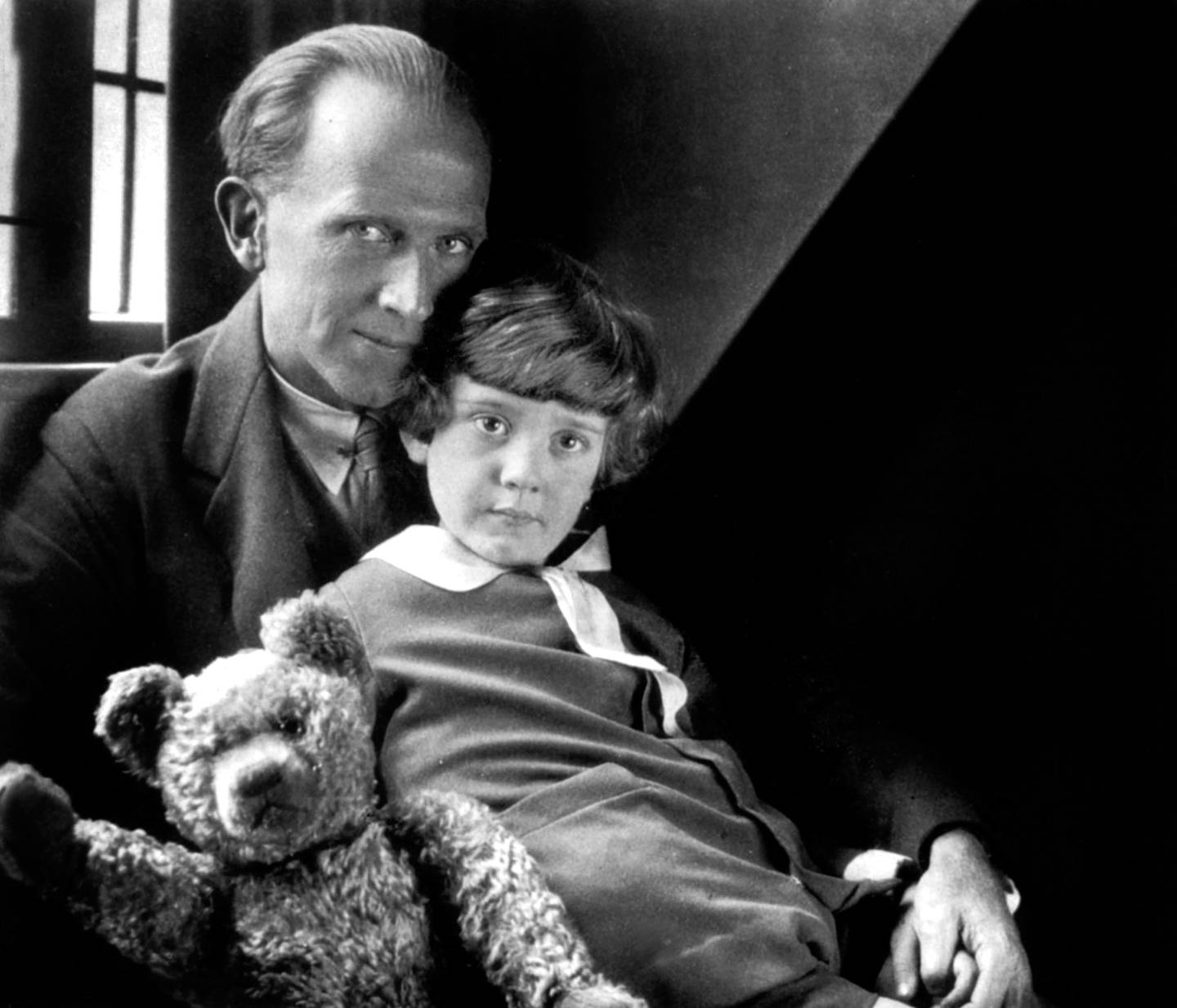 UNSPECIFIED - OCTOBER 09:  The English novelist Alan Alexander Milne (1882-1956) author of the story Winnie the Pooh, here with his son Christopher Robin Milner (1920-1996), photo by Howard Coster, 1926 - English novelist Alan Alexander Milne who wrote the story of Winnie the Pooh (1926) here with his son Christopher Robin Milner, picture by Howard Coster, 1926 - father and child father and child  (Photo by Apic/Getty Images)