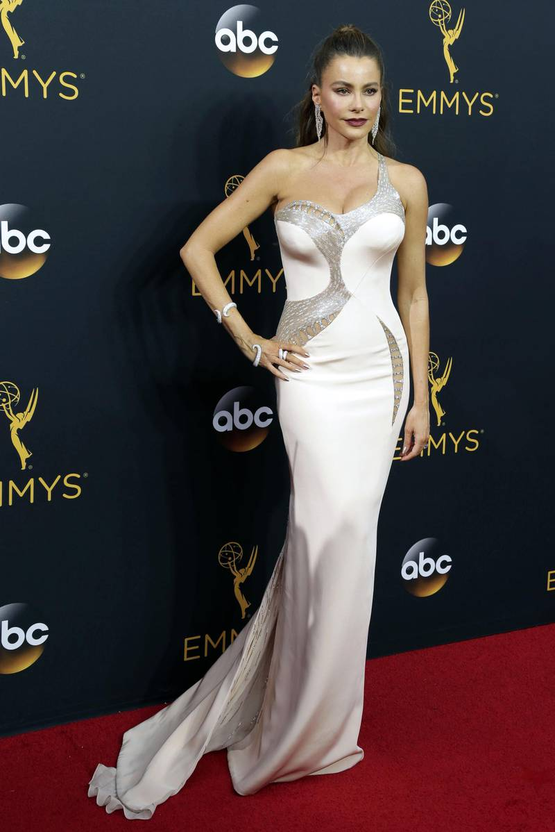 epa05547118 Sofia Vergara arrives for the 68th annual Primetime Emmy Awards ceremony held at the Microsoft Theater in Los Angeles, California, USA, 18 September 2016. The Primetime Emmy Awards celebrate excellence in national primetime television programming.  EPA/PAUL BUCK