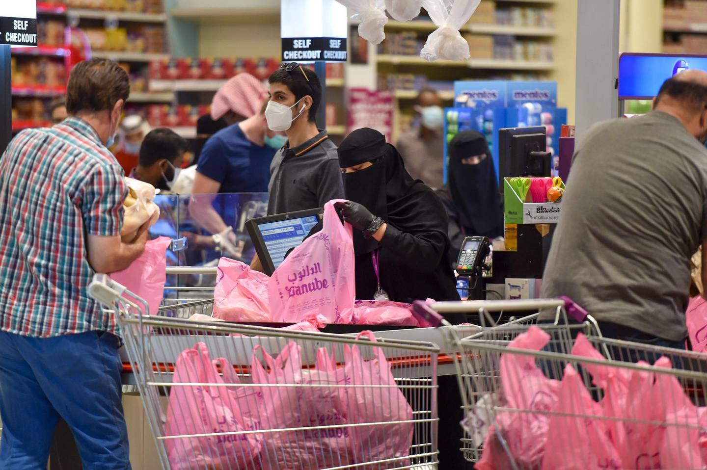 Saudis shop at a supermarket at the Panorama Mall in the capital Riyadh on May 22, 2020, as Muslims prepare to celebrate the upcoming Eid al-Fitr, that marks the end of the fasting month of Ramadan.   / AFP / FAYEZ NURELDINE