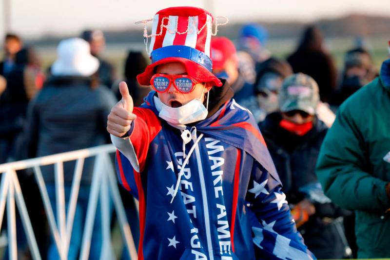 A supporter of US President Donald Trump gives a thumb's up as he arrives to attend his final Make America Great Again rally of the 2020 US Presidential campaign at Gerald R. Ford International Airport on November 2, 2020, in Grand Rapids, Michigan. / AFP / JEFF KOWALSKY