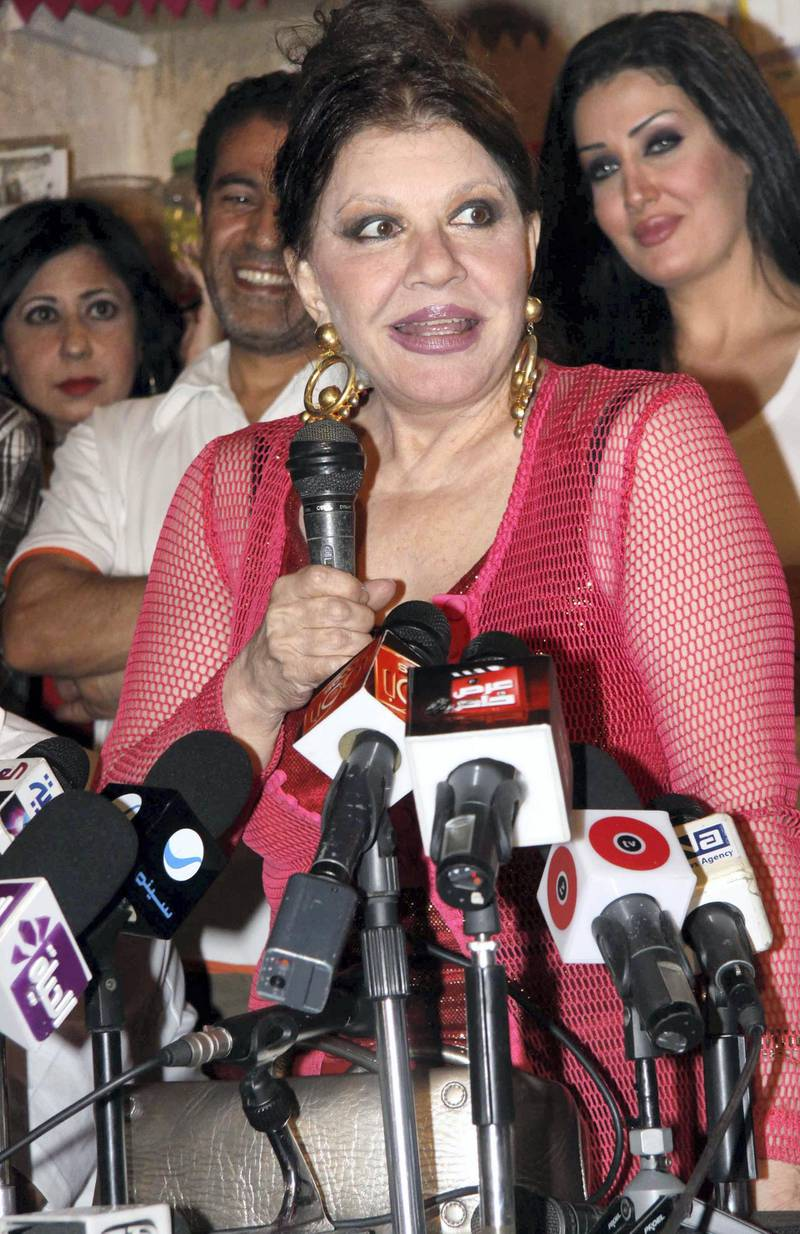 epa01795032 A picture dated 14 July 2009 shows Egyptian actress Shwikar speaking during a press conference for the movie 'Kalemny Shokran' in Cairo, Egypt. The movie is written by Said Fouad and directed by Khaled Yousef.  EPA/MOHAMED OMAR *** Local Caption *** 01795032
