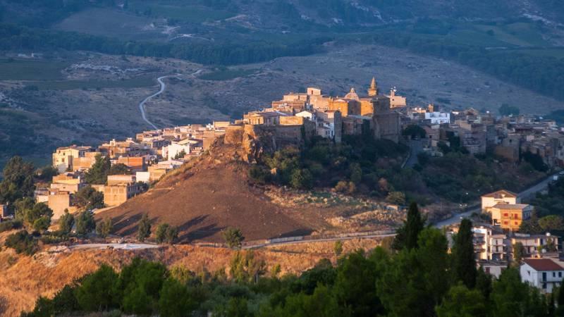 M5D45N A view of the village of Sambuca di Sicilia, Italy. Sambuca di Sicilia is a municipality in the Province of Agrigento in the Italian region Sicily, lo
