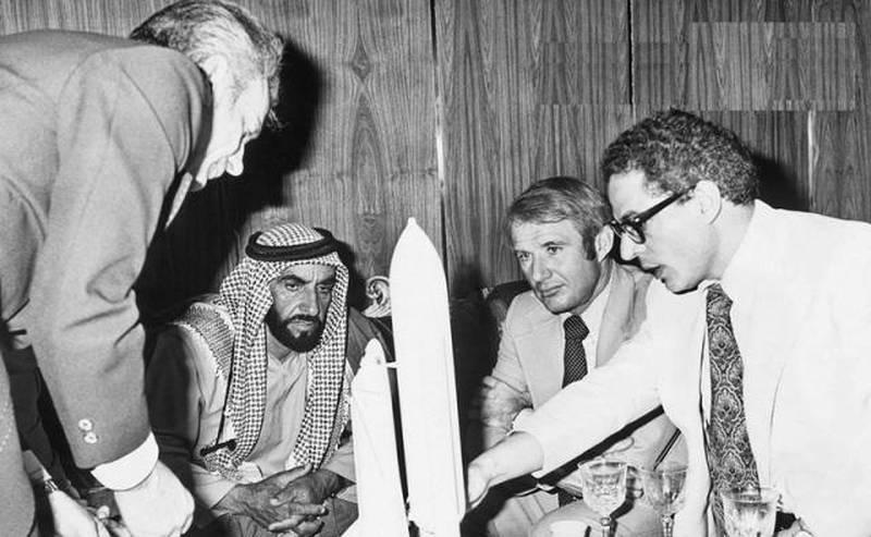 Dr Farouk El-Baz (right) briefing Sheikh Zayed, Founding Father of the UAE. Courtesy: Dubai Media Office