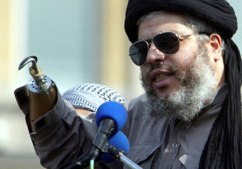 Muslim cleric, Abu Hamza al-Masri, is seen addressing the sixth annual rally for Islam in Trafalgar Square, London in this August 25, 2002 file photograph. The European Court of Human Rights on September 24, 2012 gave final approval for the extradition of Abu Hamza, along with four other individuals, from the UK to the U.S., local media reported.  REUTERS/Ian Waldie/Files  (BRITAIN - Tags: POLITICS SOCIETY RELIGION)