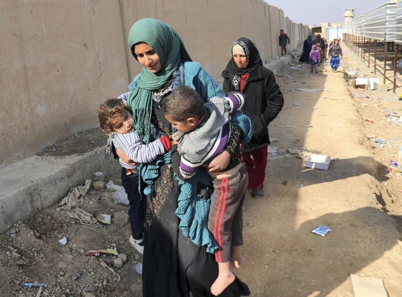 Displaced Iraqis are seen on December 12, 2016 in Maktab Al-Khaled area, 30 kms west of Kirkuk, after fleeing the town of Hawija due to the ongoing fighting between Iraqi forces and jihadists of the Islamic State (IS) group. / AFP PHOTO / Marwan IBRAHIM