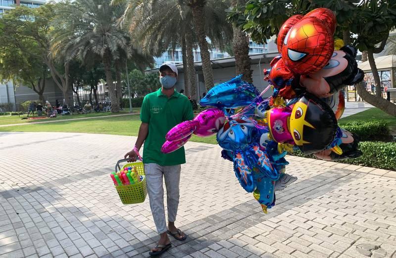 DUBAI, UNITED ARAB EMIRATES , December 25 – 2020 :- Balloon seller on the Christmas day in Zabeel park in Dubai. ( Pawan Singh / The National ) For News/Standalone/Online/Instagram