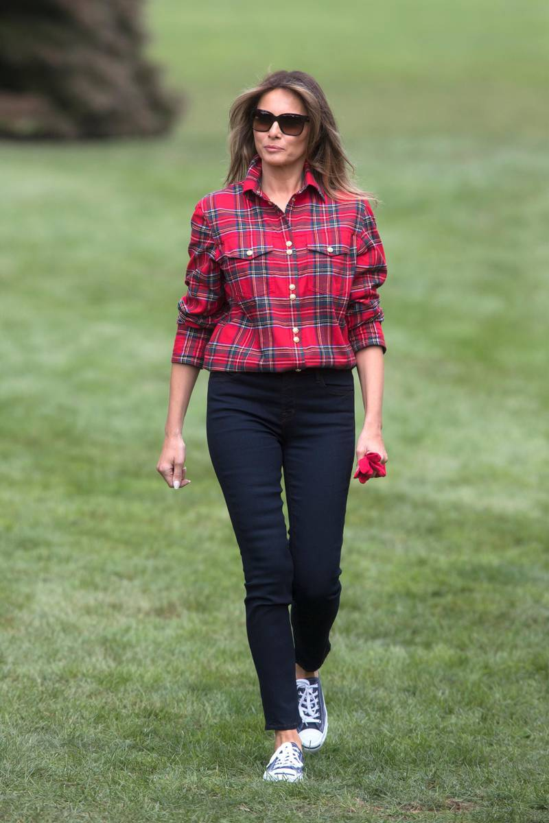 epa06220314 US First Lady Melania Trump walks on the South Lawn to  harvest and plant vegetables with students from the Boys and Girls Club of Washington DC at the Kitchen Garden on the grounds of the White House, in Washington, DC, USA, 22 September 2017.  EPA-EFE/MICHAEL REYNOLDS