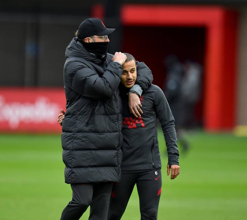 KIRKBY, ENGLAND - DECEMBER 23: (THE SUN OUT, THE SUN ON SUNDAY OUT) Jurgen Klopp manager of Liverpool with Thiago Alcantara of Liverpool during a training session at AXA Training Centre on December 23, 2020 in Kirkby, England. (Photo by Andrew Powell/Liverpool FC via Getty Images)