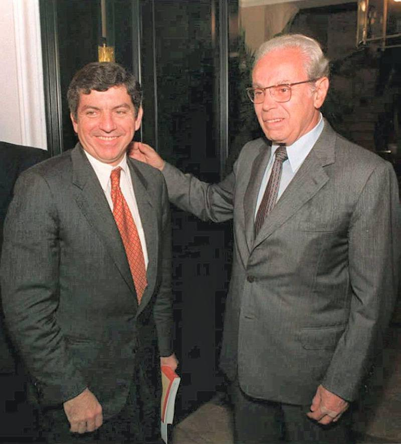 Former UN Secretary General and Peruvian presidential candidate Javier Perez de Cuellar (R) poses with Cesar Gaviria, former Colombian President and current secretary General of the Organization of American States (OAS) 07 April 1995 shortly after their private meeting at De Cuellar's residence. Gaviria is heading an OAS delegation of 70 observers for the country's 09 April general elections. (Photo by PEDRO UGARTE / AFP)