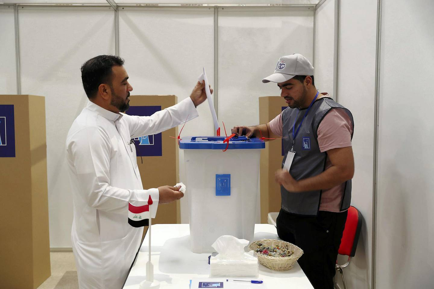 DUBAI , UNITED ARAB EMIRATES , MAY 10 – 2018 :- One of the voter casting his vote during the Iraq elections voting held at Qalaat Al Remaal hall on Dubai – Al Ain road in Dubai.  ( Pawan Singh / The National )  For News. Story by Nawal