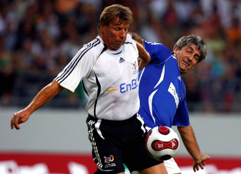 Bernd Foerster (L) of Germany fights for the ball with Paolo Rossi of Italy during a replay of the 1982 soccer World Cup match in Stuttgart July 27, 2007.             REUTERS/Alex Grimm (GERMANY)