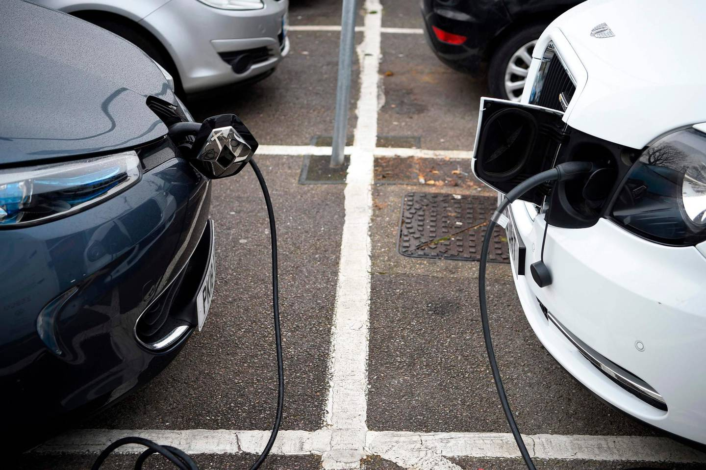 """Electric vehicles (EV) charge at a charging station on east London on November 18, 2020. Britain will ban petrol and diesel vehicle sales from 2030 as part of a 10-point plan for a """"green industrial revolution"""" to be unveiled Wednesday by Prime Minister Boris Johnson.  / AFP / DANIEL LEAL-OLIVAS"""
