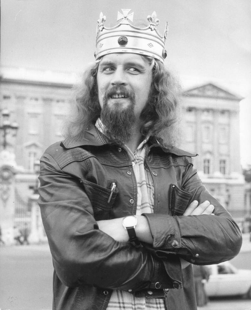 26th July 1974:  Scottish comedian Billy Connolly poses in front of Buckingham Palace.  (Photo by Keystone/Getty Images)