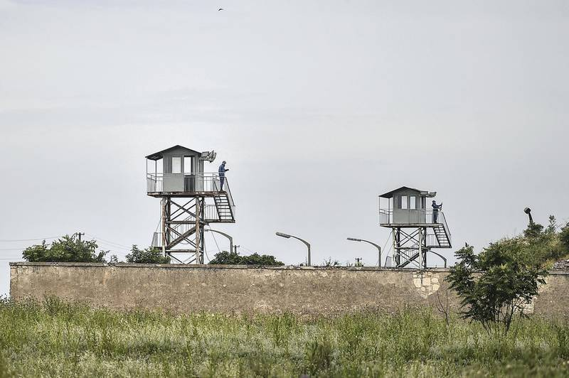 Turkish soldiers stand guard on watch towers on May 25 , 2018 during Pro Kurdish Peoples' Democratic Party (HDP)'s campain meeting for the presidential elections near the prison where Demirtas is being held in Edirne. - The pro-Kurdish Peoples' Democratic Party launches its campaign for the presidential and parliamentary polls on June 24 in front of the prison where the HDP presidential candidate and ex-HDP leader Selahattin Demirtas is being held / AFP PHOTO / Ozan KOSE (Photo by OZAN KOSE / AFP)