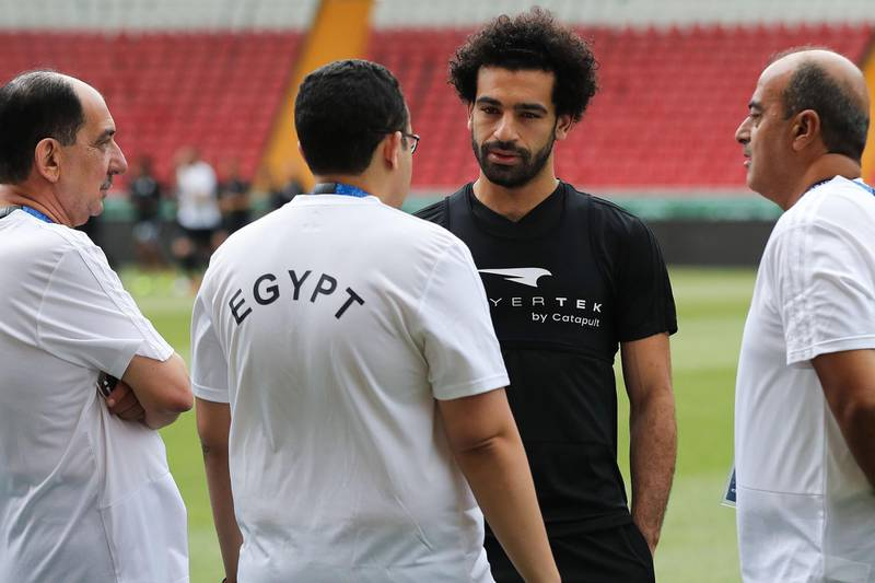 Egypt's forward Mohamed Salah (2nd R) speaks with Egyptian medical team members during a training session of Egypt's national football team at the Akhmat Arena stadium in Grozny on June 11, 2018, ahead of the Russia 2018 World Cup. / AFP / KARIM JAAFAR