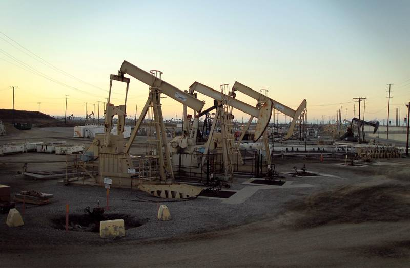 FILE PHOTO: Oil rig pumpjacks, also known as thirsty birds, extract crude from the Wilmington Field oil deposits area where Tidelands Oil Production Company operates near Long Beach, California July 30, 2013.  REUTERS/David McNew/File Photo