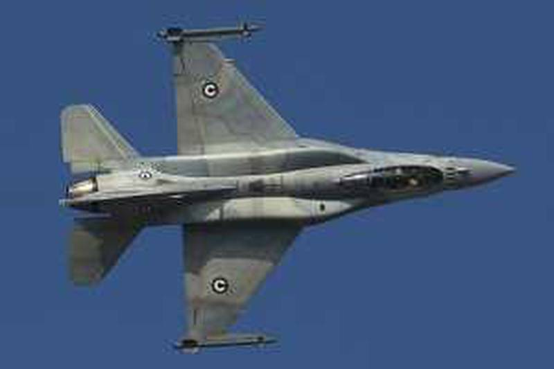 DUBAI - NOVEMBER 17,2009 - UAE F-16 fighter plane performs at the Dubai Airshow 2009. ( Paulo Vecina/The National ) *** Local Caption ***  PV Airshow 28.jpg