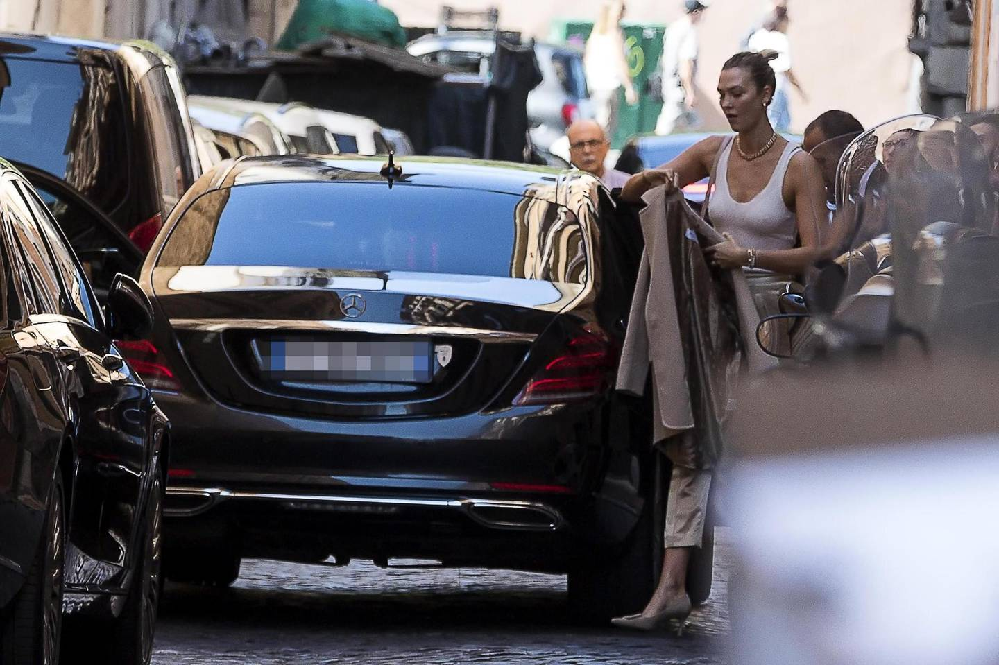 epa07857238 US model Karlie Kloss arrives at a hotel before attending the wedding ceremony of fashion designer Misha Nonoo and businessman Michael Hess at Villa Aurelia in Rome, Italy, 20 September 2019.  EPA/ANGELO CARCONI