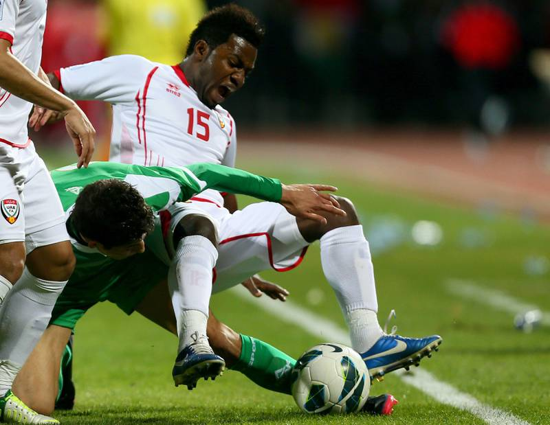 Dhurgham Ismael (C) of Iraq vies with Ismail Salem (R) of UAE during the 21st Gulf Cup's final between United Arab Emirates (UAE) and Iraq on January 18, 2013 in Manama. United Arab Emirates won 2-1 against  Iraq.  AFP PHOTO/MARWAN NAAMANI  *** Local Caption ***  291259-01-08.jpg