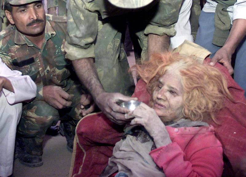 A 75-YEAR-OLD INDIAN WOMAN IS GIVEN TEA BY A SOLDIER AFTER SHE WAS PULLED OUT ALIVE FROM THE RUBBLE OF HER HOUSE, IN THE CITY OF BHUJ.   A 75-year-old Indian woman, Pokanaseri, is offered tea by a soldier after she was pulled out from the rubble of her home in the western Indian city of Bhuj January 27, 2001. Her house was destroyed by a massive earthquake,which struck the western Indian state of Gujarat on Friday, killing as many as 15,000 people.
