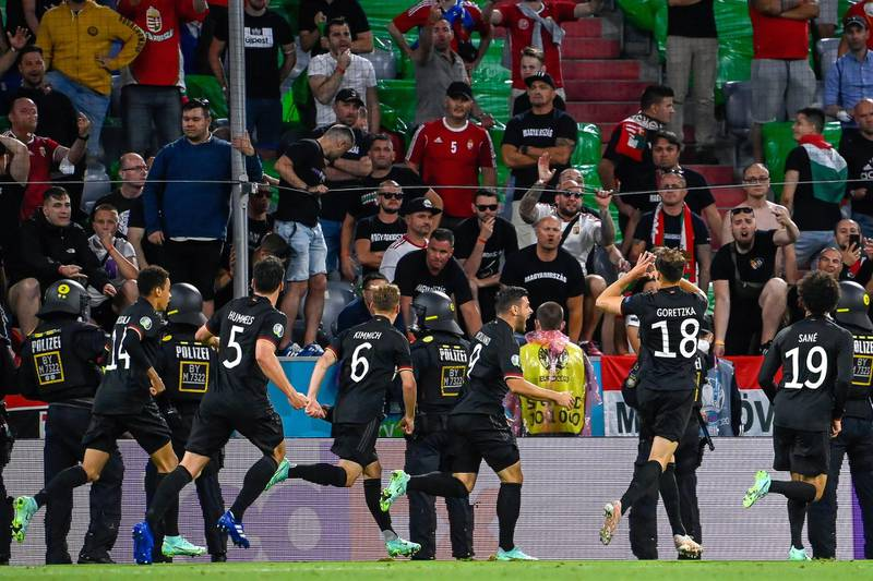 epa09297581 Leon Goretzka (2-R) of Germany celebrates with teammates after scoring the 2-2 equalizer during the UEFA EURO 2020 group F preliminary round soccer match between Germany and Hungary in Munich, Germany, 23 June 2021.  (RESTRICTIONS: For editorial news reporting purposes only. Images must appear as still images and must not emulate match action video footage. Photographs published in online publications shall have an interval of at least 20 seconds between the posting.)  EPA/Tamas Kovacs  HUNGARY OUT