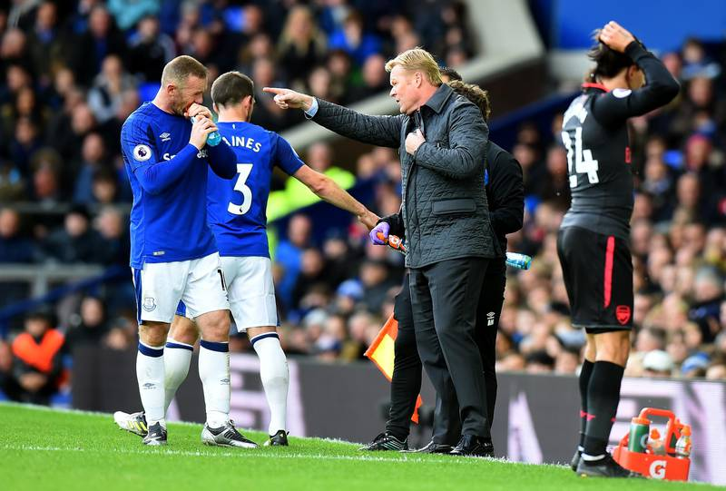 LIVERPOOL, ENGLAND - OCTOBER 22: Ronald Koeman, Manager of Everton speaks to Leighton Baines of Everton and Wayne Rooney of Everton during the Premier League match between Everton and Arsenal at Goodison Park on October 22, 2017 in Liverpool, England.  (Photo by Tony Marshall/Getty Images)