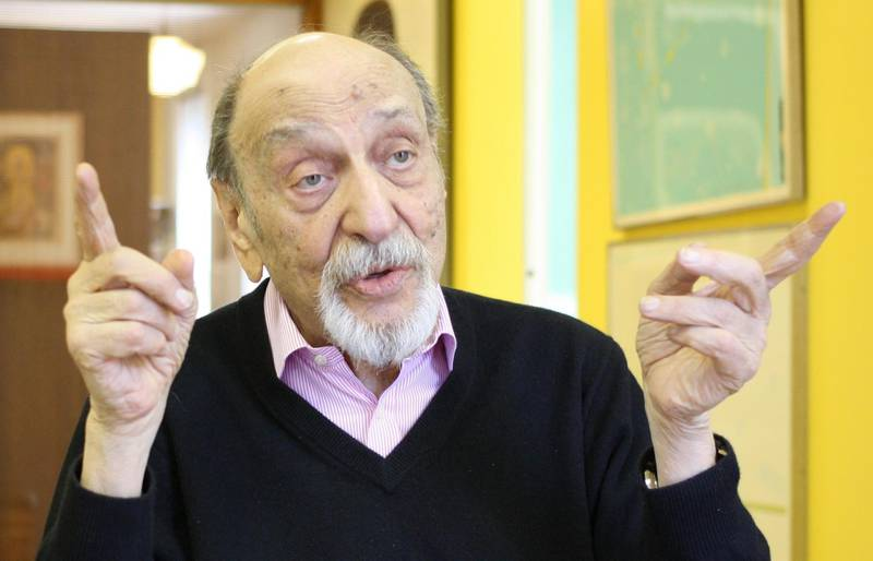 E2X7A2 New York, USA. 20th May, 2014. US designer Milton Glaser gestures during an interview at his office in New York, USA, 20 May 2014. He is the creator of of the famouse and beloved 'I love New York' logo. The designe will turn 85 on 26 June 2014. Photo: CHRISTINA HORSTEN/dpa/Alamy Live News