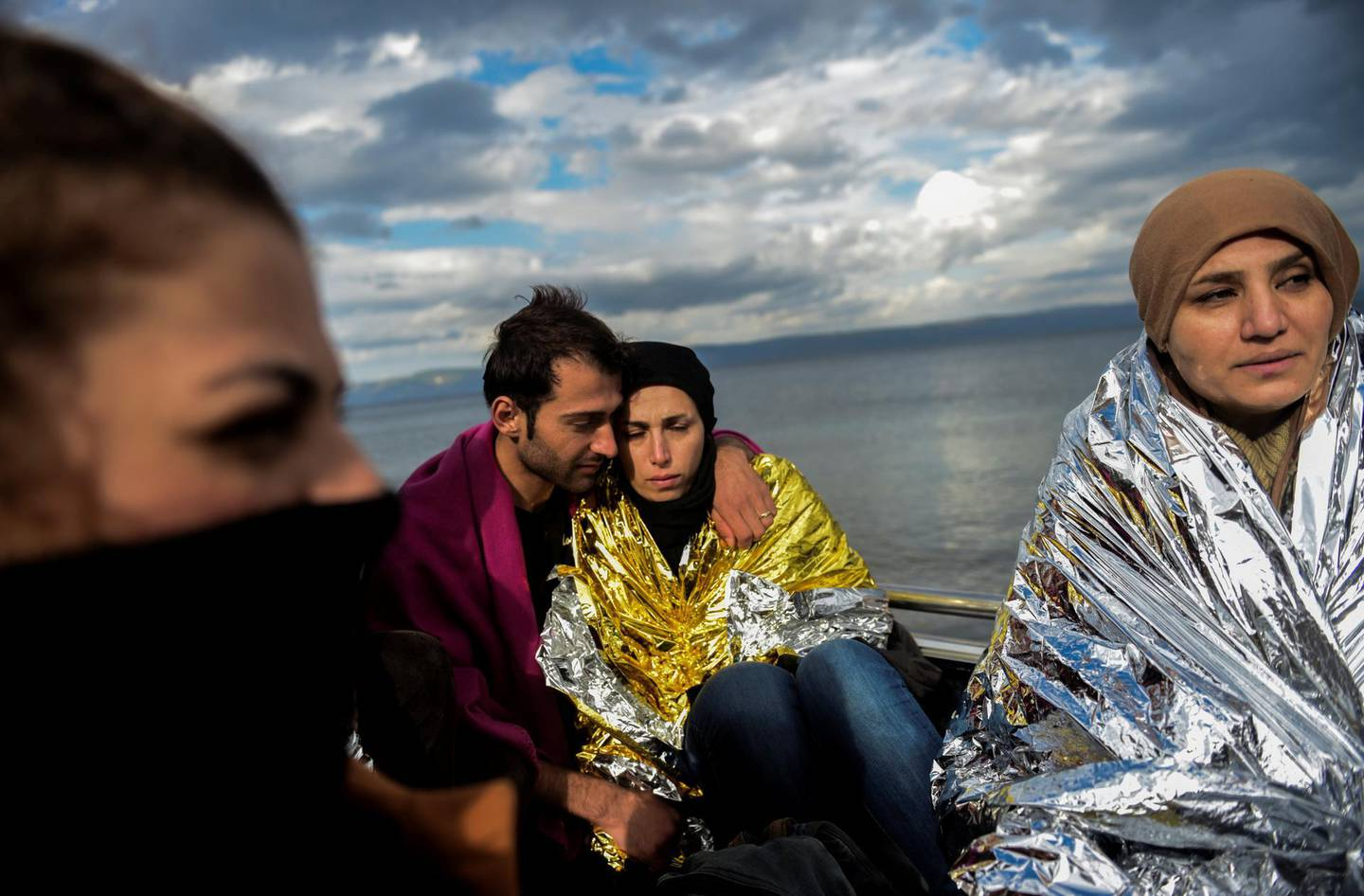 Migrant wait for humanitarian aid on the Greek island of Lesbos after crossing with other migrants and refugees the Aegean Sea from Turkey, on November 25, 2015.  More than 800.000 migrants, mostly fleeing war and persecution in Syria, Iraq and Afghanistan, have crossed the Mediterranean this year to reach Europe. AFP PHOTO / BULENT KILIC / AFP PHOTO / BULENT KILIC