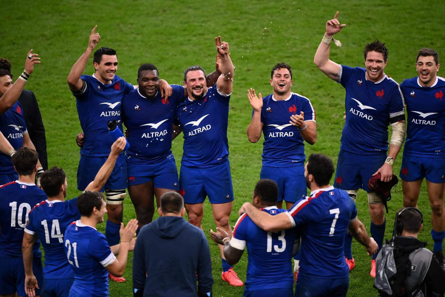 France's team players celebrate after winning at the end of the Six Nations rugby union tournament match between France and Ireland at the stade de France, in Saint Denis, on the outskirts of Paris, on October 31, 2020. / AFP / FRANCK FIFE