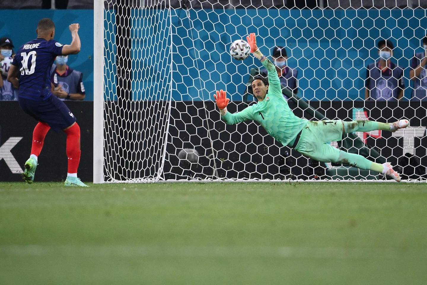TOPSHOT - Switzerland's goalkeeper Yann Sommer (R) saves a penalty by France's forward Kylian Mbappe during the UEFA EURO 2020 round of 16 football match between France and Switzerland at the National Arena in Bucharest on June 28, 2021. / AFP / POOL / FRANCK FIFE