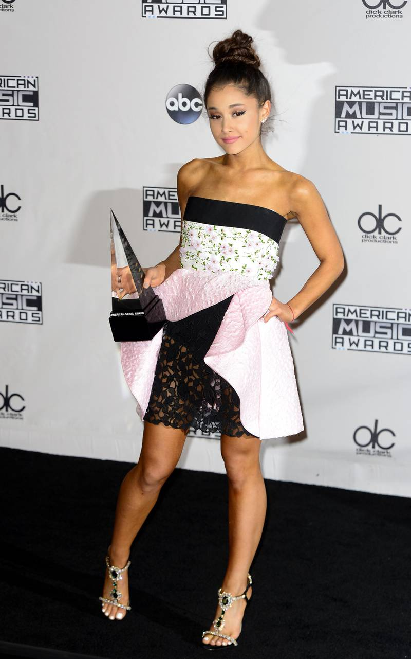 epa05038019 US singer Ariana Grande holds her award for Favorite Pop/Rock Female Artist in the press room at the 2015 American Music Awards at the Microsoft Theater in Los Angeles, California, USA, 22 November 2015.  EPA/MIKE NELSON