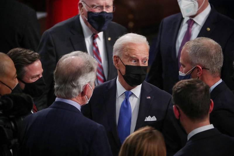 US President Joe Biden (C) talks to members of Congress after he delivers his first address to a joint session of Congress  at the US Capitol in Washington, DC, on April 28, 2021. / AFP / POOL / MICHAEL REYNOLDS