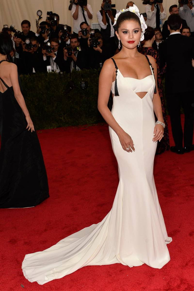 epa04733399 Selena Gomez arrives for the 2015 Anna Wintour Costume Center Gala held at the New York Metropolitan Museum of Art in New York, New York, USA, 04 May 2015. The Costume Institute will present the exhibition 'China: Through the Looking Glass' at The Metropolitan Museum of Art from 07 May to 16 August 2015.  EPA/JUSTIN LANE