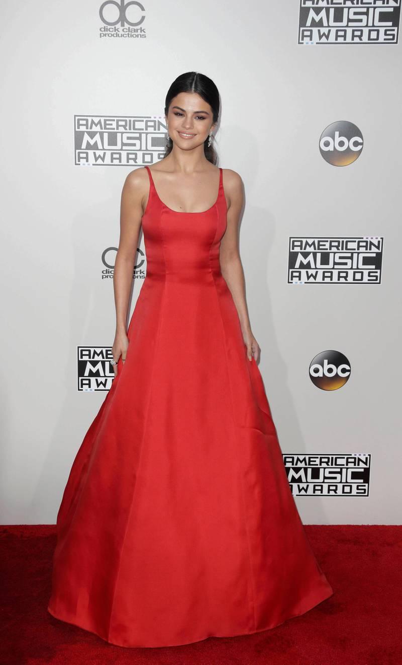 epa05640539 Selena Gomez arrives for the 2016 American Music Awards at the Microsoft Theatre in Los Angeles, California, USA, 20 November 2016.  EPA/PAUL BUCK