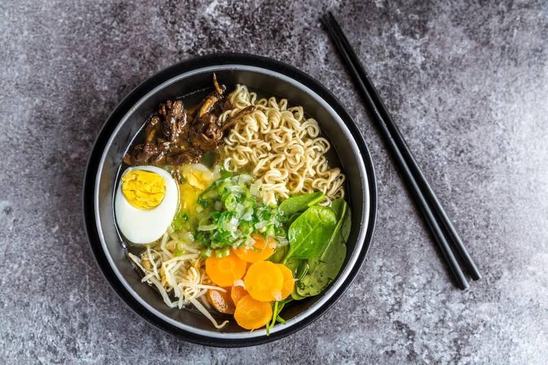 Ramen Suppe mit Spinat, Bambussprossen, Karotten, Ei und Stockschwämmchen