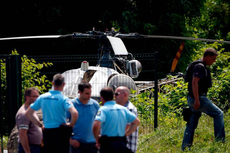 TOPSHOT - This picture taken on July 1, 2018 in Gonesse, north of Paris shows police near a French helicopter Alouette II abandoned by French armed robber Redoine Faid after his escape from prison in Reau. / AFP / GEOFFROY VAN DER HASSELT