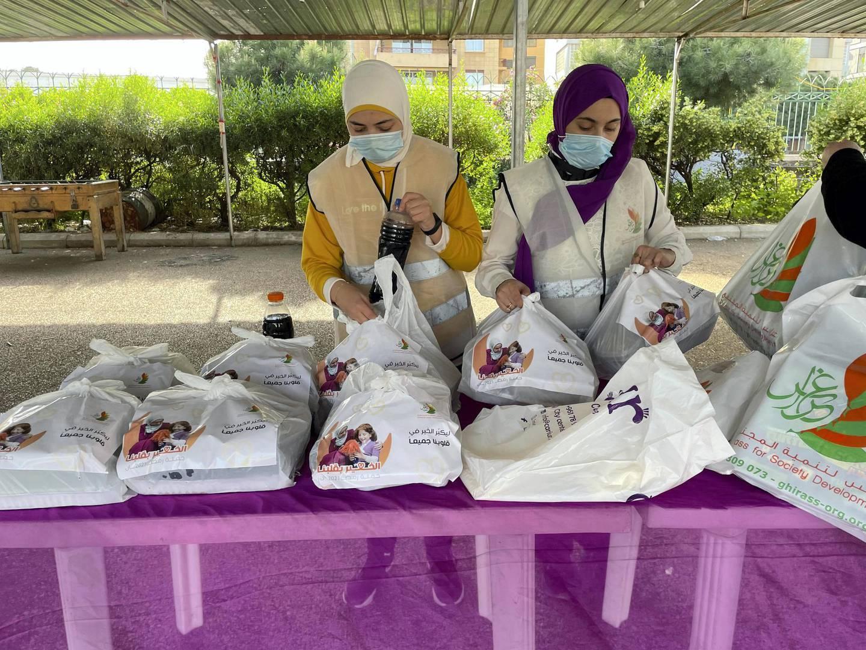 Volunteers at Ghiras NGO preparing iftar meals for pick up.