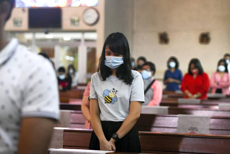 Abu Dhabi, United Arab Emirates - Worshippers follow guidelines and social distance during Christmas mass at St. JosephÕs Cathedral, in Mushrif. Khushnum Bhandari for The National
