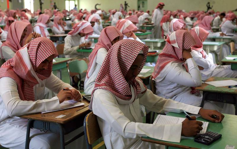 Secondary students sit for an exam in a government school in Riyadh June 15, 2008. Tens of thousands of Saudi students from elementary, middle and high schools have started their one-week mid-term exams.  REUTERS/Fahad Shadeed (SAUDI ARABIA) - GM1E46F1C6L01