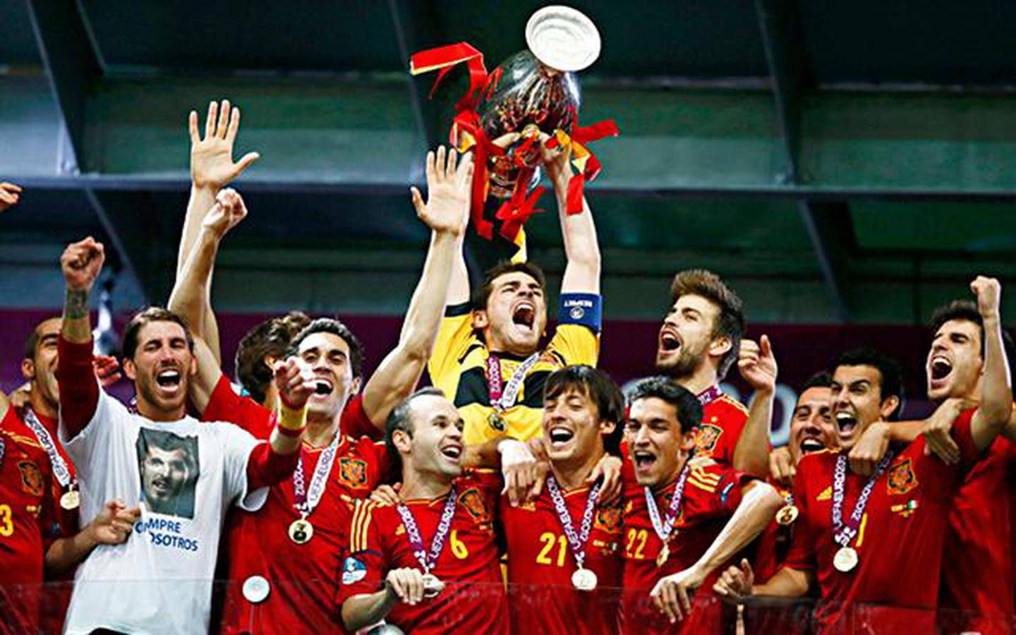 Spain's Iker Casillas lifts up the trophy after defeating Italy to win the Euro 2012 final soccer match at the Olympic stadium in Kiev, July 1, 2012.      REUTERS/Kai Pfaffenbach (UKRAINE  - Tags: SPORT SOCCER TPX IMAGES OF THE DAY)